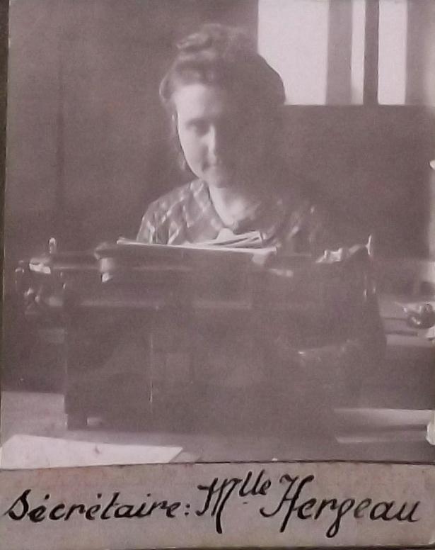 Yvonne Herveau à sa machine à écrire exposée au musée de Montoir
