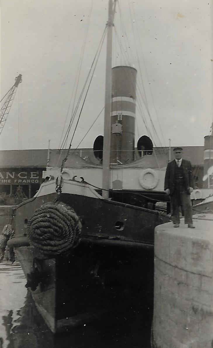 Emile Jules Allain devant son remorqueur St Nazaire